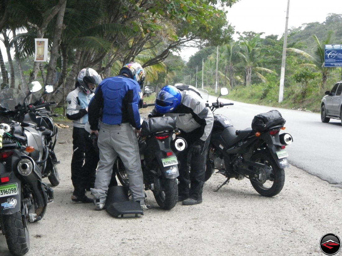 Quick roadside repair of a Suzuki V-Strom 650 in the Dominican Republic