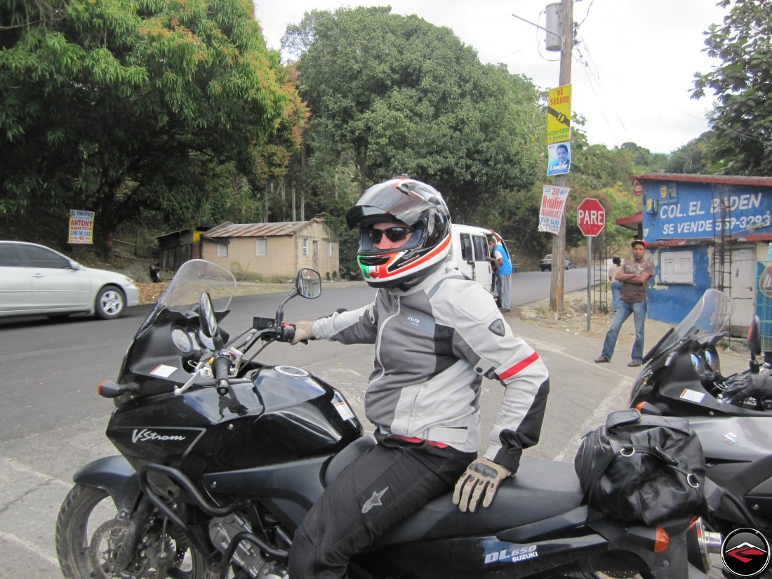 Motorcycle at a stop sign pare, col, el baden